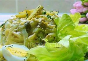 Салат из соленых огурцов с колбасой
