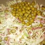 Салат из зеленого горошка с сыром и колбасой