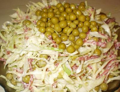 Салат с яйцами колбасой и горошком рецепт
