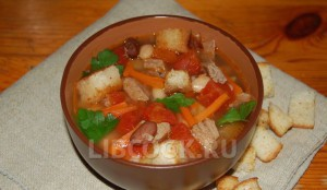 Говящий суп с фасолью и сухарями