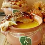 Сырный суп с лесными грибами в горшочках