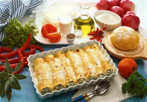 Каннеллони с индейкой и шпинатом в соусе с луком-пореем