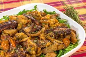 Ребрышки с савойской капустой и грибами