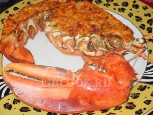 Омар, фаршированный мясом креветок с томатным соусом