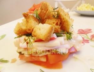 Хрустящий салат с помидорами и крабовыми палочками