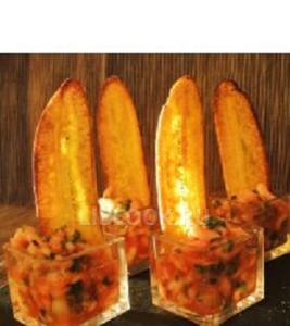 Креветочный салат с банановыми чипсами «Книга Мануэля»