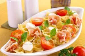 Макароны с беконом, моцареллой и помидорами
