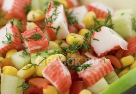 Рисовый салат с овощами и крабовыми палочками
