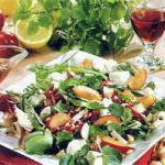 Салат с индейкой, грейпфрутом и дрессингом из малины и игристого вина