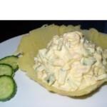 Салат с креветками в сырной корзинке